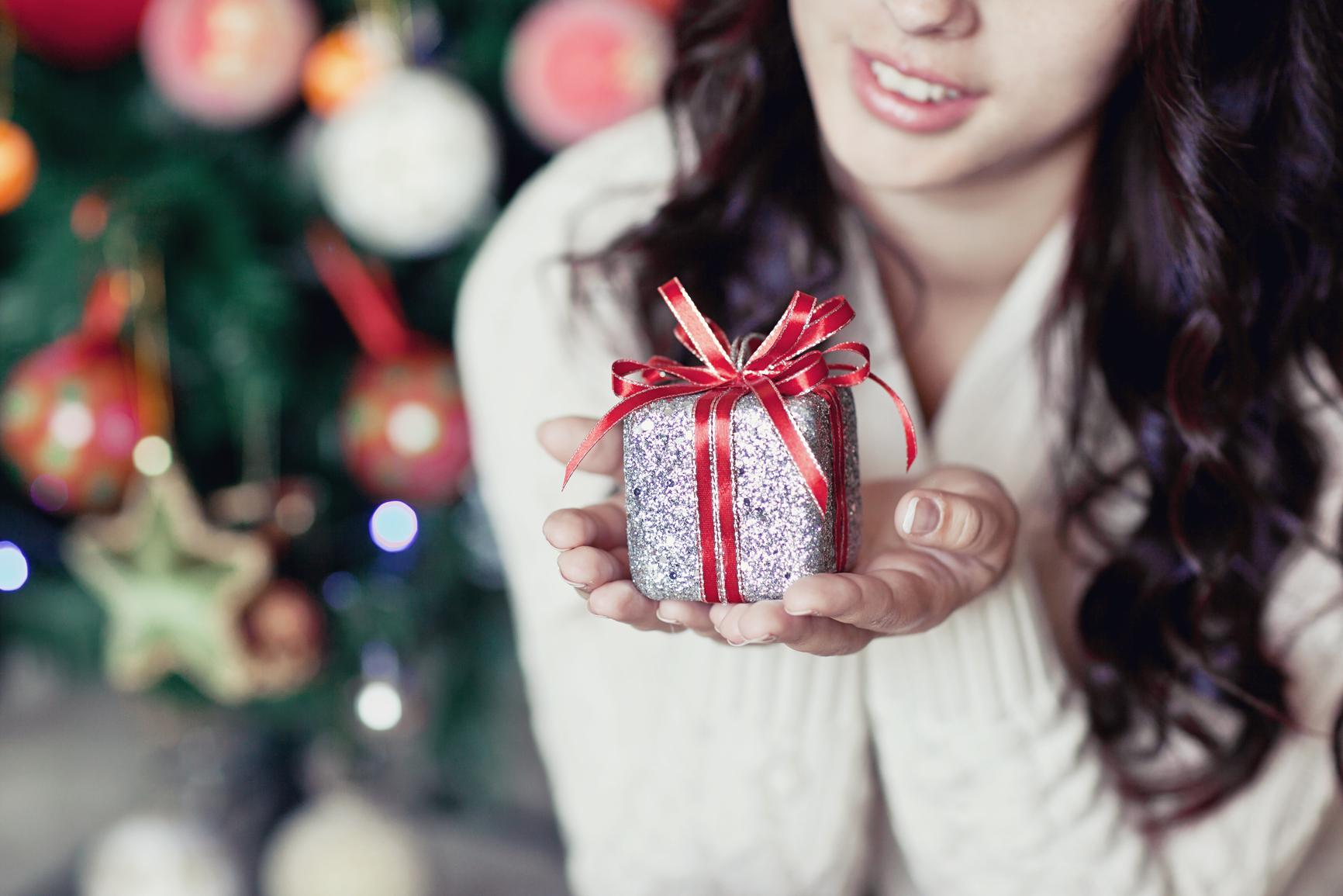 Подарить подружке новый год