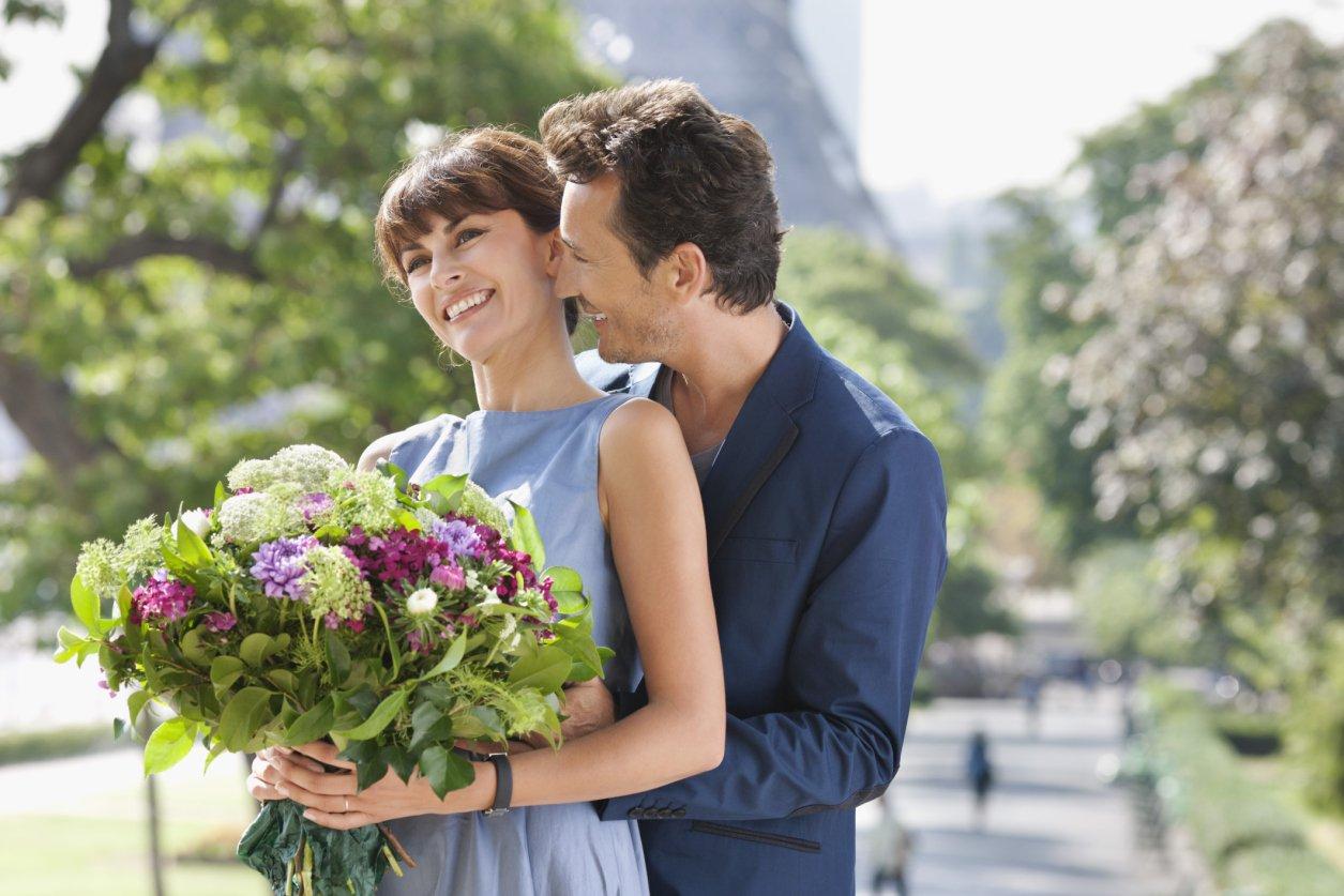 Фото мужчина дарит цветы
