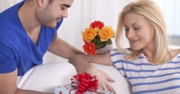 Что принято дарить жене на рождение девочки