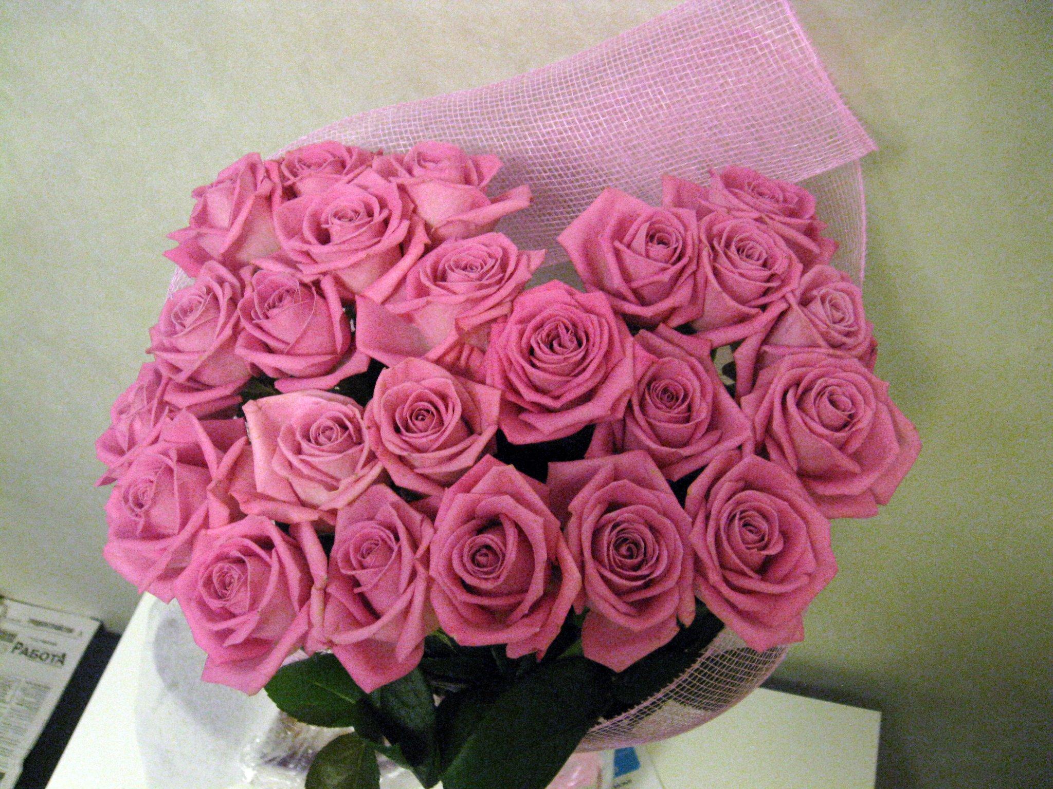 Парень подарил цветы