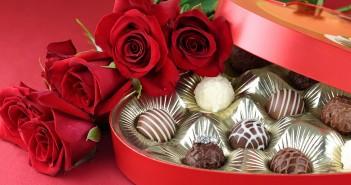 Что лучше подарить девушке, цветы или конфеты?