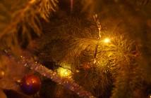 Ведущие: Новый год подошел к нашему порогу. Скоро пробьют куранты. Если под Новый год загадать желание, то оно обязательно исполнится. Новый год несет всем и каждому удачу, любовь, нежность и, конечно, исполнения желаний. Звучит современная веселая музыка. В зале первое действующее лицо – Баба Яга (роль играет юноша). Баба Яга: Вы опять хотели обойтись без меня? Не получится, я тоже ждала Нового года. Ведущий: Зачем? Чтобы опять всем испортить праздник? Ведущая: Мне раньше говорили: «Не крась глаза, будешь, как Баба Яга». Ведущий: Так что, уважаемая, не сыграть тебе роль доброй бабушки, внешность не та, да и интеллект подводит. Баба Яга: Тоже мне, компьютерные гении. Детки-интернетки, что вы будете делать без Википедии? А без Яндекс карты? Я вот 2000 лет обхожусь без всяких компьютерных программ и без навигатора нахожу дорогу и к вам нашла, и вас обошла и внешностью и умом. Хотите, проверим? Баба Яга задает вопросы, касающиеся праздника Нового года. Ведущая: Поразила ты нас, бабуля, своими знаниями. Баба Яга: Век живу, и на интеллектуалку (показывает на голову) не жалуюсь. Ведущий: Мне бы такую оперативку – был бы медалистом. Баба Яга: Дерзай, милок, компьютер в голову не вложишь. Ведущий: Подожди, бабушка. Ты ведь на праздник пришла, а на празднике нет места злу, тем более на новогоднем. Баба Яга: Старая песня. А, кстати, где старая пенек –Дед Мороз. Зовите его, что ли! Старшеклассники приглашают Деда Мороза словами: «Дед Мороз, появись быстрей! Пусть на празднике станет веселей!» Дед Мороз: Респектабельный вам привет, сегодняшние старшеклассники. Спасибо, не забыли про старика. Снегурочка: Смотри, дедушка, выросли наши ребята, но они по-прежнему ждут Нового года и верят в чудеса. Дед Мороз: А ты, красавица, что здесь делаешь? Баба Яга: Я теперь не Баба Яга, а супер-корреспондент, общаюсь с современной молодежью. Снегурочка: Дедушка, старшеклассники приглашают тебя послушать музыкальное поздравление. Старшеклассники исполняют художественные номера. Снегурочка: А да