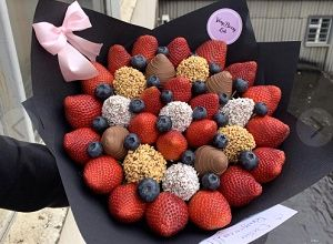 Букет из фруктов и сладостей, фото