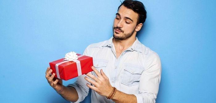 Бородатый парень с подарком, фото