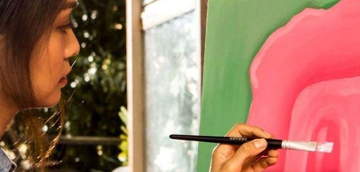 Женщина рисует, фото