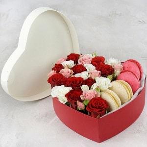 Розы с макарунами, фото