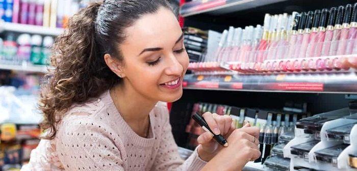 Девушка выбирает косметику, фото