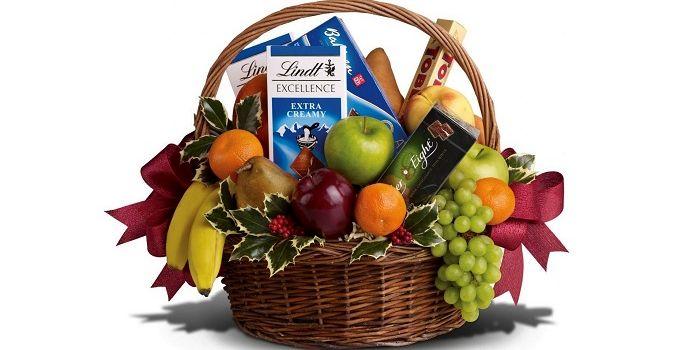 Корзина из сладостей и фруктов, фото
