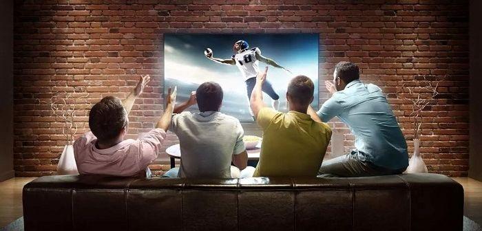 Мужчины смотрят футбол, фото