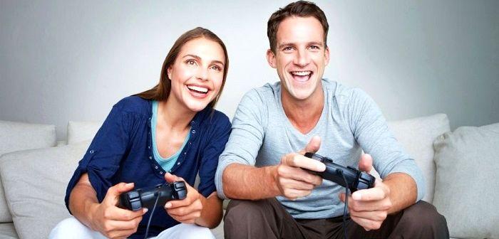 Пара играет в приставку, фото