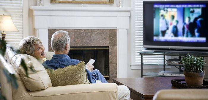 семейная пара у телевизора, фото