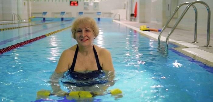 Женщина в бассейне, фото