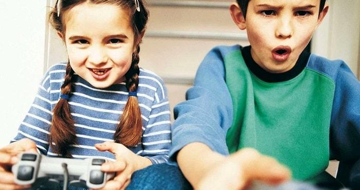 Подростки играют в игру, фото
