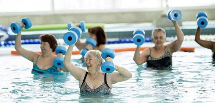 Женщины в бассейне, фото